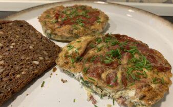 Små frokost æggekager med spinat, tomat og parmaskinke