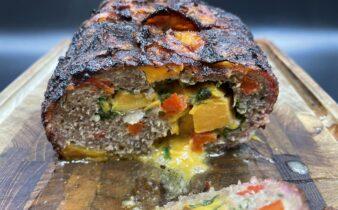 Okse farsbrød med søde kartofler, spinat, rød peber, cheddar og bacon